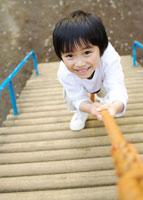 公園の遊具で遊ぶ子供