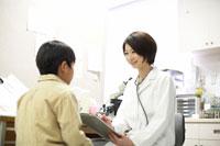 笑顔の女性医師と男の子