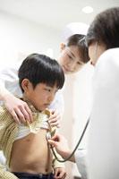 男の子の胸に聴診器をあてる女性医師