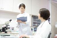 看護師に指示をする女性医師