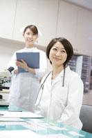診察室の女性医師と看護師