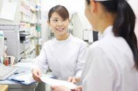 打ち合わせをする女性看護師 02336004186B| 写真素材・ストックフォト・画像・イラスト素材|アマナイメージズ
