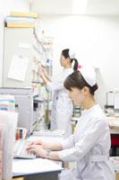 デスクワークをする女性看護師