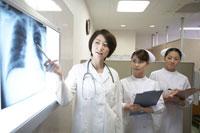 胸部レントゲン写真を見る女性医師と看護師