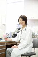 デスクワークをする女性医師