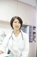 聴診器を首に掛けた女性医師