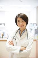 腕組みをする笑顔の女性医師