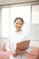 ファイルを手に持つ女性看護師