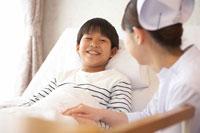 ベッドの男の子と女性看護師