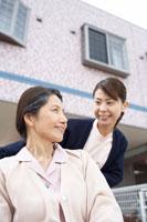車いすの女性と女性介護士