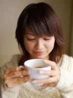 コーヒーカップを持った20代女性