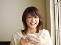 コーヒーカップを持った20代女性 02336004301B| 写真素材・ストックフォト・画像・イラスト素材|アマナイメージズ