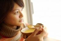 窓辺でスープを飲む20代女性 02336004304| 写真素材・ストックフォト・画像・イラスト素材|アマナイメージズ