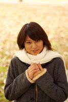 公園の白いマフラーを巻いた20代女性