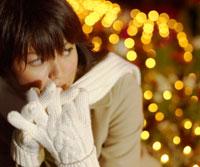 白い手袋とマフラーをした20代女性