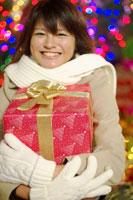 プレゼントボックスを抱いた20代女性