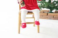 サンタクロースの衣装を着た赤ちゃんの足元