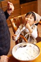 ケーキ作りをするエプロン姿の女の子