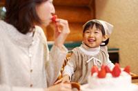 ケーキ作りをするお母さんとエプロン姿の女の子