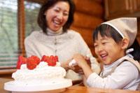 ケーキ作りをするお母さんとエプロン姿の女の子 02336004370| 写真素材・ストックフォト・画像・イラスト素材|アマナイメージズ