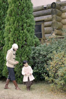 庭を散策するお母さんと女の子