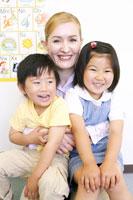 外国人女性と日本人男の子と女の子