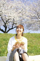 草原で本を読む女性