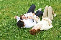 芝生の上で寝転がる家族 02336004806| 写真素材・ストックフォト・画像・イラスト素材|アマナイメージズ