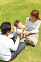 庭で座る家族