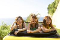 黄色い車に乗る3人の女の子