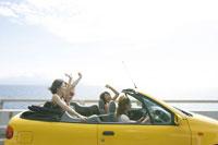 黄色い車に乗る4人の女の子