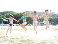 海にジャンプする4人の女の子