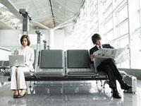 空港で椅子に座る女性と男性