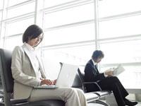 椅子に座るスーツ姿の女性と男性