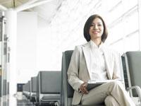 空港で椅子に座る女性