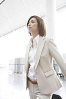 空港を歩くビジネスウーマン