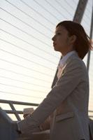 展望デッキで景色を眺める女性