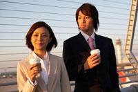 展望デッキに立つ男性と女性