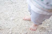 砂浜に立つ男の子の足