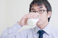 牛乳を飲む男性