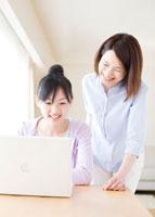 パソコンを見ている母と子