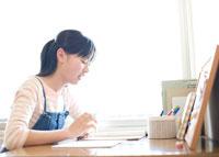 机に向かう女の子