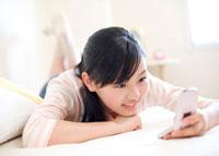 ベッドで携帯を見る女の子