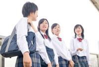 駅のホームで立っている女子高校生 02336005193  写真素材・ストックフォト・画像・イラスト素材 アマナイメージズ