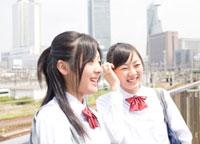 駅のホームで話をしている女子高校生 02336005200  写真素材・ストックフォト・画像・イラスト素材 アマナイメージズ