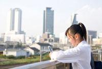 携帯でメールを打つ女子高校生 02336005203  写真素材・ストックフォト・画像・イラスト素材 アマナイメージズ