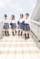 階段を下りる女子高校生