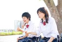 ベンチに座ってアイスを食べる女子高校生 02336005244| 写真素材・ストックフォト・画像・イラスト素材|アマナイメージズ