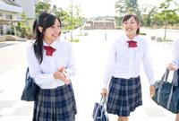 通学路を歩く女子高校生