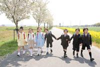 手をつないで歩く小学生7人 02336005304| 写真素材・ストックフォト・画像・イラスト素材|アマナイメージズ